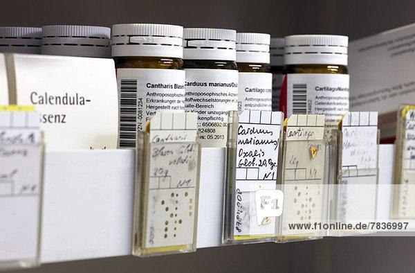Homöopathische pflanzliche Arzneimittelrezepte in der deutschen Apotheke mit Carduus (Distel) im Fokus