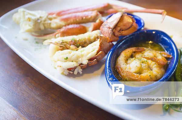 Meeresfrüchtegericht mit Krabbenbeinen  Hummerschwanz und Garnelen in Buttersauce