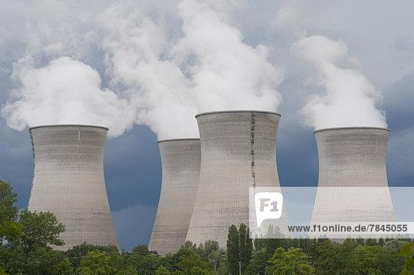 Frankreich  Rhone  Rauchkühltürme des Kraftwerks