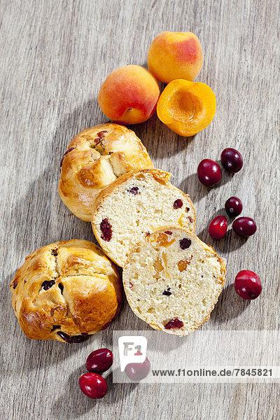 Cranberry Scones mit Aprikose auf Holztablett