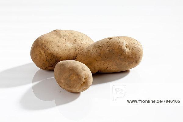 Rohkartoffeln auf weißem Grund  Nahaufnahme