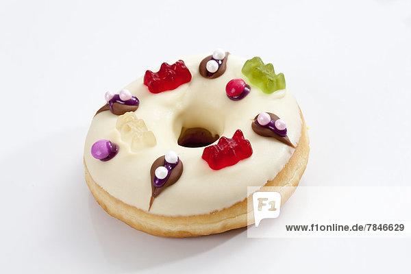 Doughnut mit Glasur und Gummibärchenauflage  Nahaufnahme