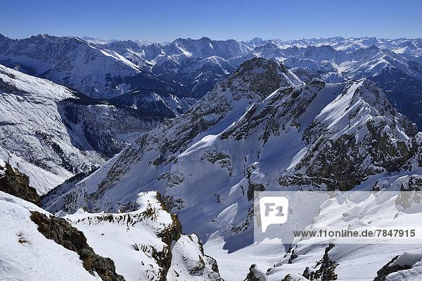 Deutschland  Bayern  Blick auf das Karwendelgebirge und die bayerischen Alpen