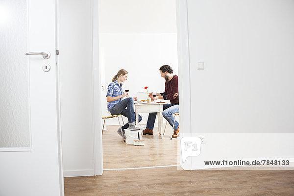 Paar essen Pizza im neuen Haus
