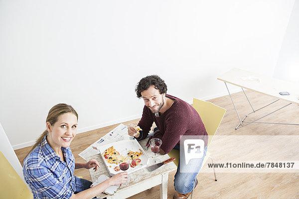Paar beim Mittagessen im neuen Haus  lächelnd
