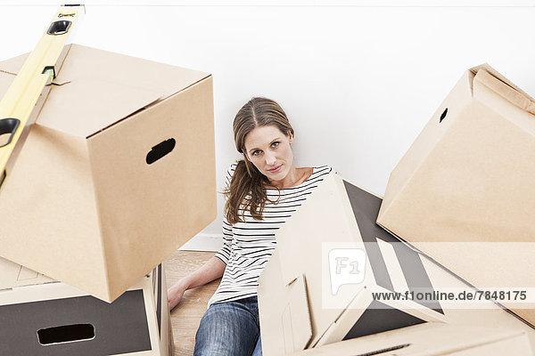 Porträt einer Frau mit Kartonschachtel