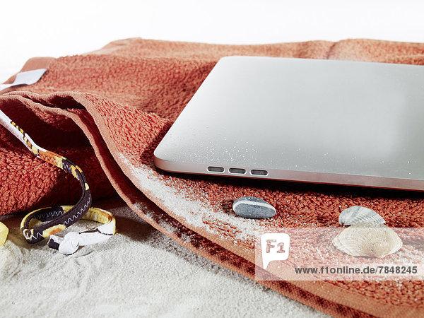 Digitales Tablett auf Strandtuch-Symbol für Sommerferien
