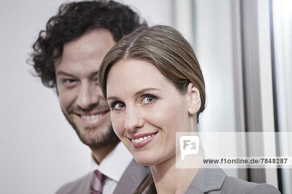 Deutschland  Nordrhein-Westfalen  Köln  Portrait des Geschäftspartners  lächelnd