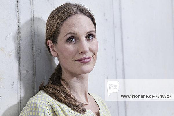 Deutschland  Nordrhein-Westfalen  Köln  Portrait einer Geschäftsfrau  lächelnd