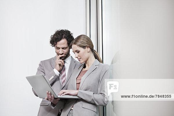 Deutschland  Nordrhein-Westfalen  Köln  Businesscouple mit Laptop