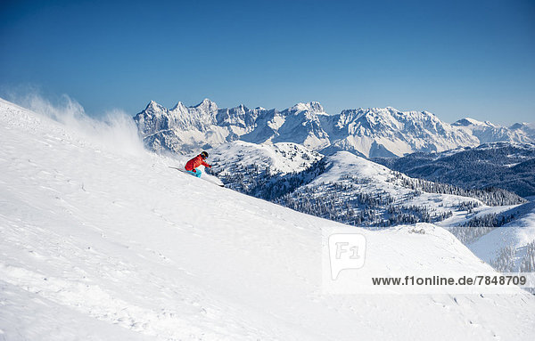 Österreich  Salzburg  Junger Mann beim Skifahren im Altenmarkt Zauchensee
