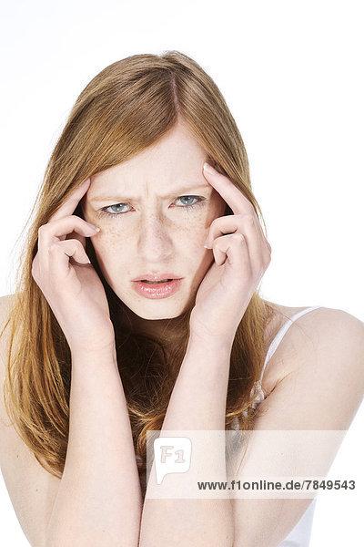 Portrait einer jungen Frau mit Kopfschmerzen  Nahaufnahme