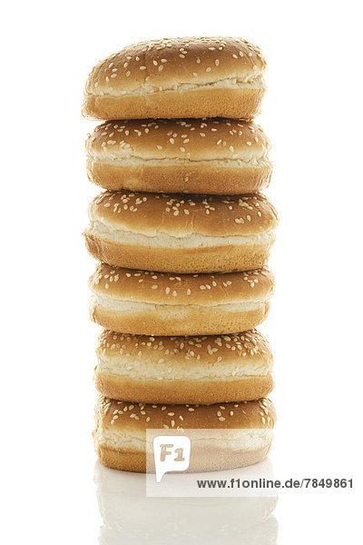 Hamburger Brotstapel auf weißem Hintergrund  Nahaufnahme