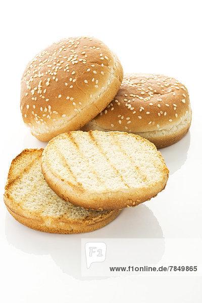 Hamburger Brot auf weißem Grund  Nahaufnahme