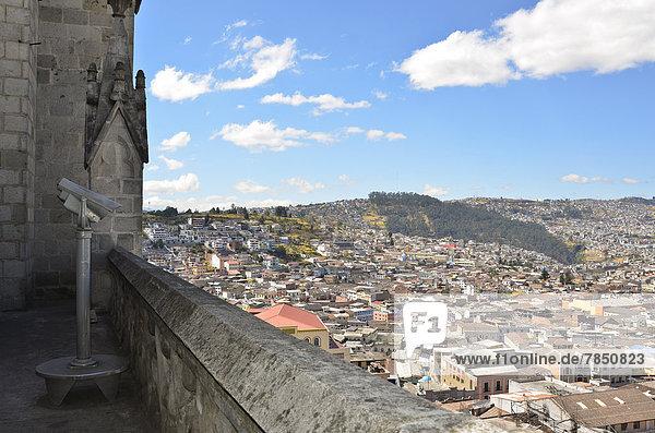 Ecuador  Quito  Blick auf die Stadt an der Basilika del Voto Nacional