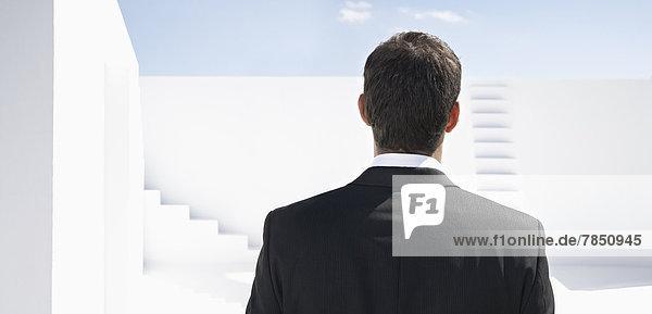 Geschäftsmann im schwarzen Anzug  Rückansicht