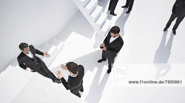 Geschäftsleute  die verschiedene Aktivitäten in der Nähe von Treppen durchführen