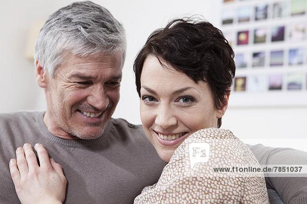 Deutschland  Bayern  München  Paar zu Hause  lächelnd