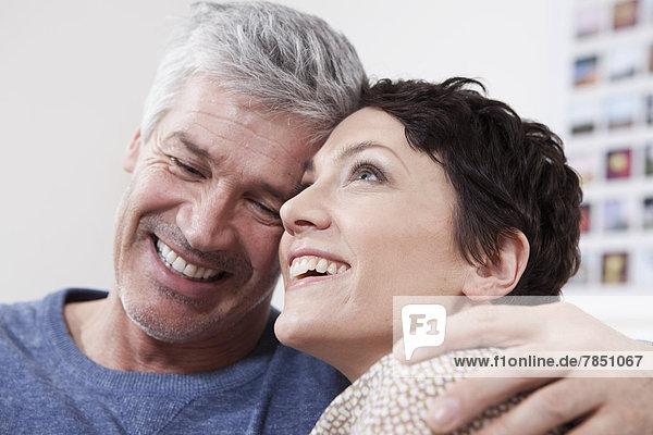 Deutschland  Bayern  München  Paar verliebt  lächelnd