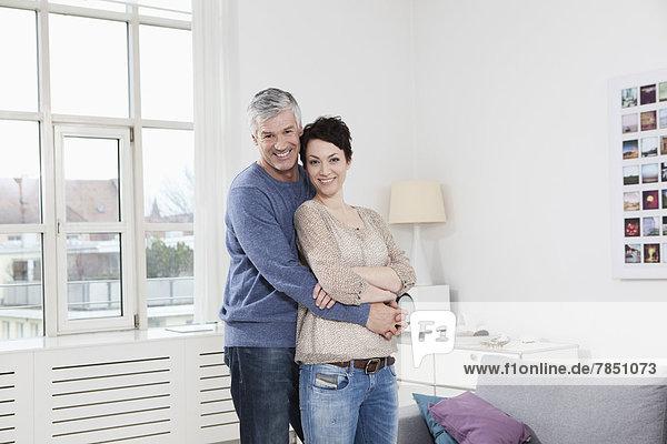 Deutschland  Bayern  München  Porträt eines Paares  das sich umarmt  lächelnd