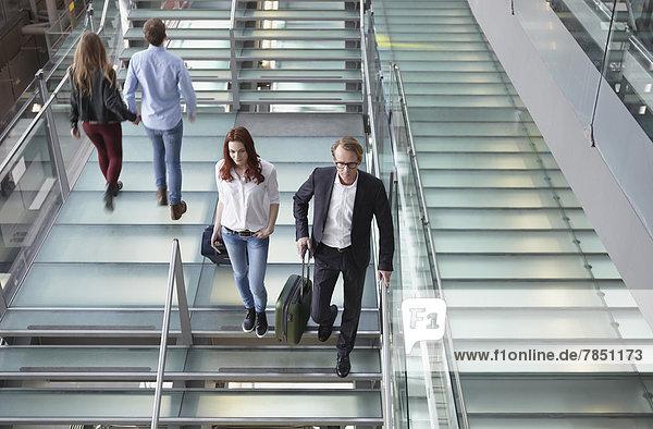 Deutschland  Köln  Treppensteigen mit Gepäck am Flughafen
