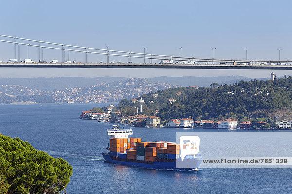 Türkei  Istanbul  Blick auf Fatih Sultan Mehmet Brücke und Frachtschiff auf dem Bosporus