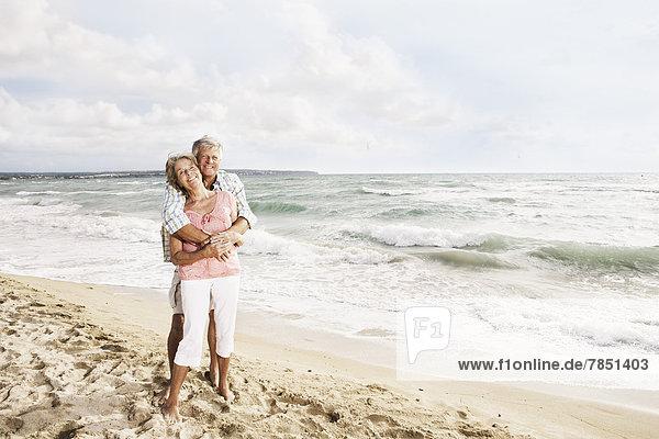 Spanien  Seniorenpaar am Strand von Palma de Mallorca