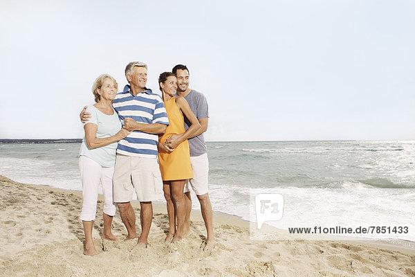 Spanien  Familie am Strand von Palma de Mallorca  lächelnd