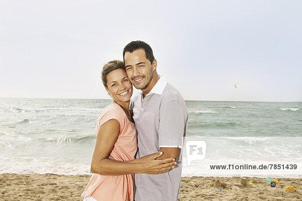 Spanien  Mittleres erwachsenes Paar am Strand von Palma de Mallorca  lächelnd