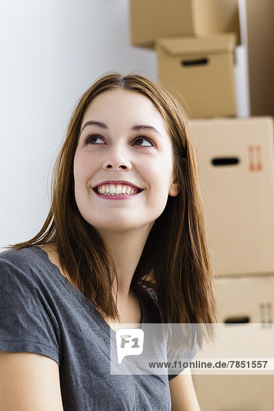 Junge Frau schaut auf  lächelnd
