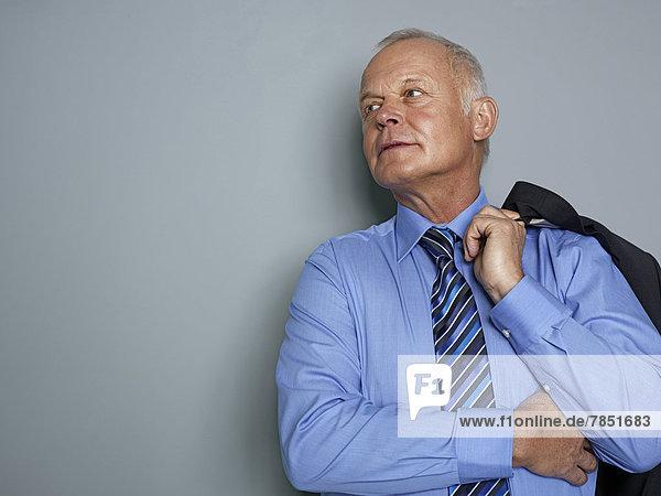 Geschäftsmann im Anzug und wegschauend