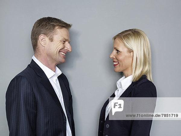 Geschäftsleute schauen sich an  lächelnd.