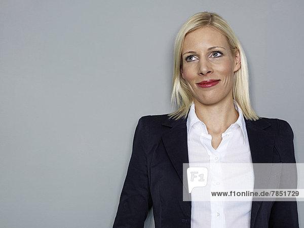 Geschäftsfrau schaut weg  lächelnd