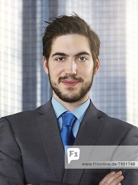 Porträt eines jungen Geschäftsmannes  lächelnd