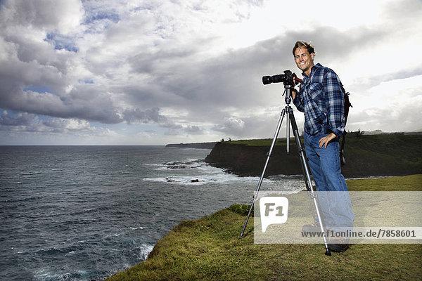 stehend  Europäer  sehen  Ozean  Steilküste  Ignoranz  Mittelpunkt  Blick in die Kamera  Aussichtsplattform  Erwachsener  Hawaii  Maui  Stativ