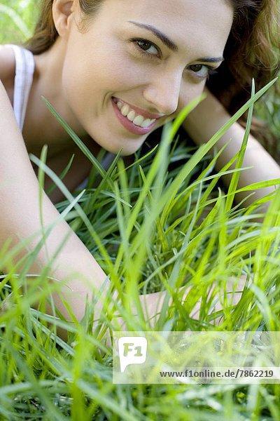 Frau auf dem Gras liegend
