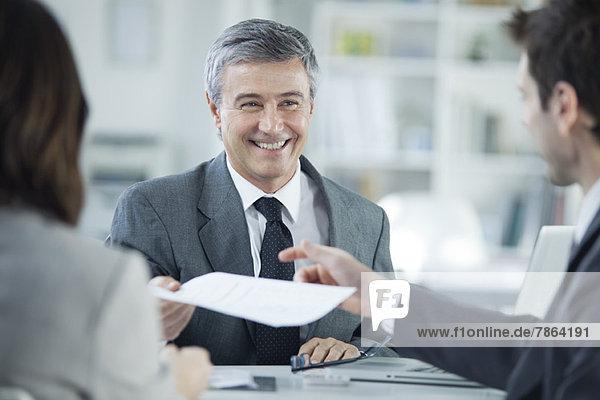 Geschäftsmann lächelt bei Treffen mit Kunden