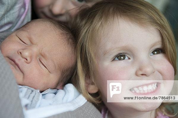 Mädchen mit kleinem Bruder  Portrait