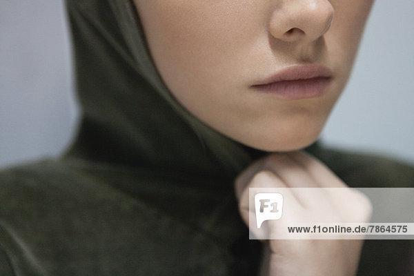 Junge Frau mit Kapuze  abgeschnitten