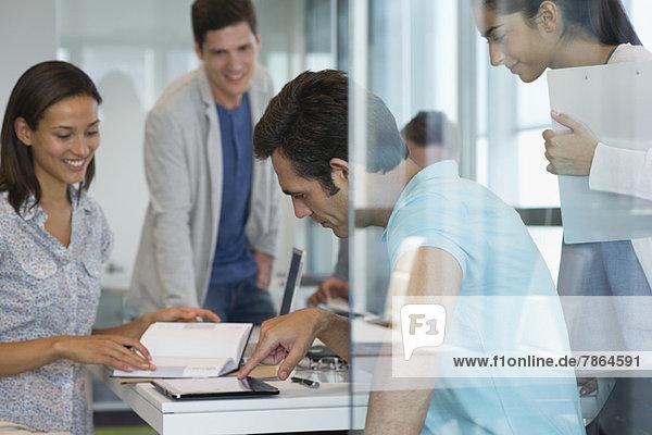 Kollegen  die im Büro zusammenarbeiten  einer mit digitalem Tablett