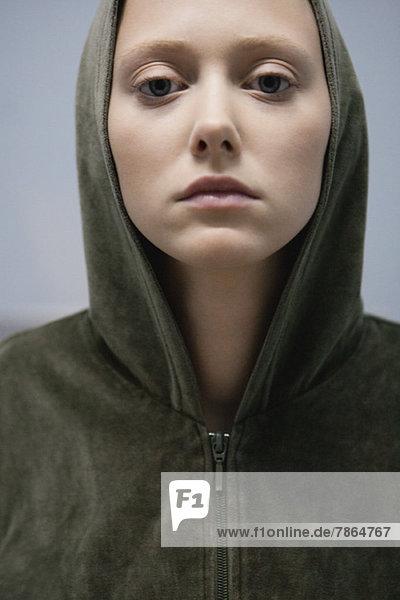 Junge Frau im Kapuzensweatshirt  abgeschnitten