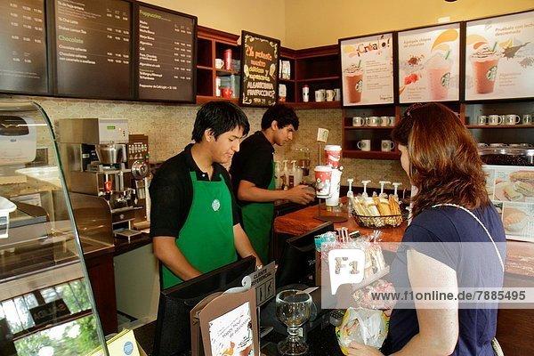 Lima Hauptstadt Cafe Jugendlicher Frau Junge - Person Beruf Hispanier bestellen Kunde barista Kassierer Kollege Marke Marken brand Business Tresen Speisekarte Karte Peru
