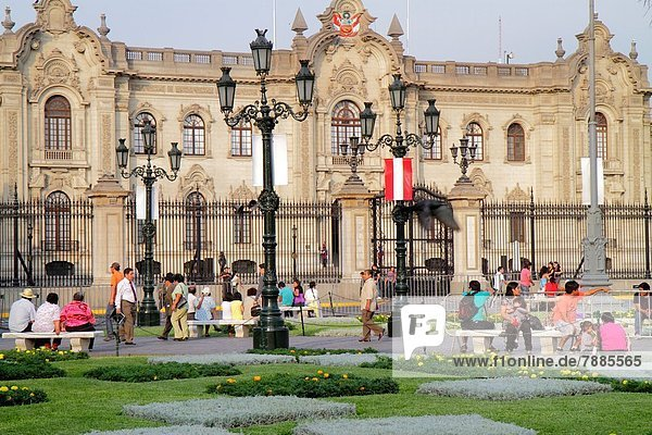 Lima  Hauptstadt  Frau  Mann  Außenaufnahme  Junge - Person  Hispanier  Architektur  Sitzbank  Bank  Eingang  Platz  Mädchen  Regierungsgebäude  Regierungspalast  Peru