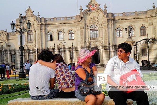 Lima  Hauptstadt  sitzend  Frau  Mann  Außenaufnahme  Hispanier  Architektur  Sitzbank  Bank  Eingang  Platz  Regierungsgebäude  Regierungspalast  Peru