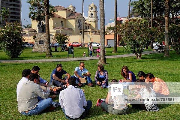 Lima  Hauptstadt  Teamwork  Frau  Mann  Baum  üben  Hispanier  Rasen  Kreis  Landschaftsarchitektur  Kollege  Peru
