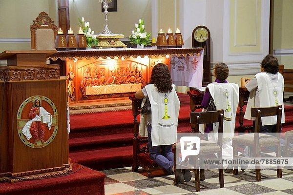 Frau  kniend  Assistent  Hispanier  Gebet  Kirche  Religion  Kathedrale  schnitzen  katholisch  Christ  Altar  Letztes Abendmahl  Stehpult  Peru