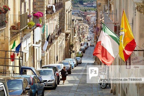 Straße Stadt Fahne sizilianisch Italienisch Noto Sizilien