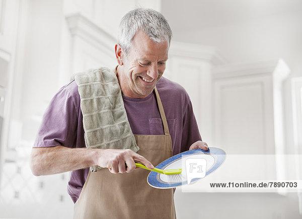 Europäer  Mann  waschen  Küche  Essgeschirr