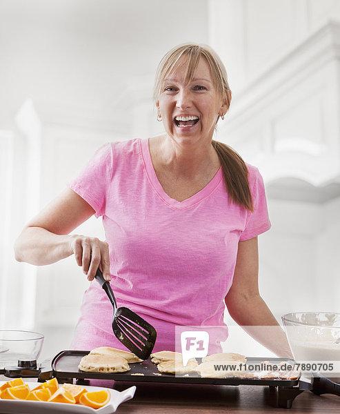 kochen Europäer Frau Frühstück