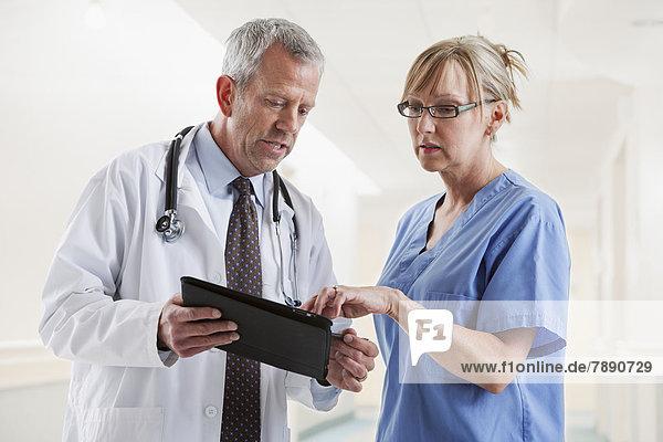Europäer  sprechen  Arzt  Krankenschwester  Schwester  Schwestern